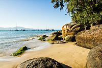 Costão rochoso na Praia de Jurerê. Florianópolis, Santa Catarina, Brasil. / Rocky shore at Jurere Beach. Florianopolis, Santa Catarina, Brazil.