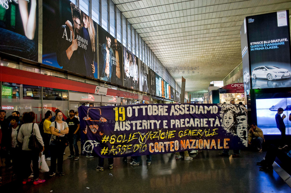 Roma, 16 Ottobre 2013<br /> Blitz dei movimenti di studenti, precari e disoccupati negli uffici di Trenitalia alla stazione Termini di Roma, a Torino Porta Nuova e a Bologna Centrale. Iniziativa per protestare contro il caro-biglietti in vista della manifestazione di sabato 19  a Roma. Nelle tre stazioni i manifestanti hanno occupato le sale dei Freccia Club<br /> Rome, 16 October 2013<br /> Blitz the movement of students, temporary workers and the unemployed in the offices of Trenitalia to Rome's Termini Station, in Turin's Porta Nuova Station and Bologna Centrale. Initiative to protest against the high cost of tickets ahead of the event on Saturday, 19 to Roma.Nelle three stations protesters have occupied the halls of the Arrow Club