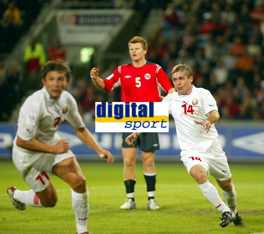 Fotball<br /> VM-kvalifisering<br /> Norge v Hviterussland<br /> Ullevaal stadion<br /> 8. september 2004<br /> Foto: Digitalsport<br /> John Arne Riise fortviler etter scoringen til Hviterussland. Målscorer Vitaly Kutuzov (t.v) og Gennady Bliznyuk jubler