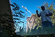 Récolte de légumes sur les toits du McCormick Convention Center, Chicago. Les légumes bio qui sont produits dans cette ferme surpendue sont destinés à des restaurateurs haut de gamme. Windy City Harvest développe un programme de formation sur la combinaison entre aménagement paysager et maraîchage, pour créer des espaces attractifs sur les toits. // Harvesting vegetables on the roof of the McCormick Convention Center, Chicago, Illinois.  The organic vegetables that are produced on this rooftop farm are destined to highend restaurants.  Windy City Harvest has developped a program of formation combining landscaping and cultivating vegetables in order to create attractive spaces on the roof.