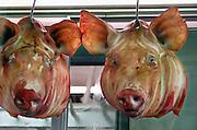 Griekenland, Athene, 5-7-2008De centrale overdekte markt waar vis en vlees verhandeld worden. Hier kan men in grote maar ook kleine hoeveelheden vlees kopen en vis kopen. Ook een complete varkenskop.Central meat and fish market.Foto: Flip Franssen