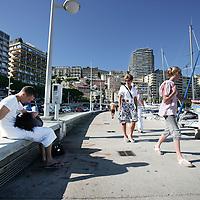 Monaco, 6 augustus 2009. .De haven van Monaco, gelegen in het stadsdeel Condamine, is gekend door de vele superjachten en cruiseschepen die er aangemeerd liggen, het een al luxueuzer dan het andere. De Grand Prix van Monaco begint en eindigt hier ieder jaar..Het staatje Monaco grenst aan Frankrijk en de Middellandse Zee. Monaco heeft een oppervlakte van nog geen 2 km en heeft ongeveer 32. 000 inwoners. Daarmee is Monaco het dichtstbevolkte land ter wereld. Monaco telt twee steden: Monte-Carlo en Monaco-ville, de oude stad..Foto:Jean-Pierre Jans.Monaco, 6th august 2009. The Port of Monaco in the Condamine District, with many very luxurious super yachts and cruise ships . A young couple is courting.