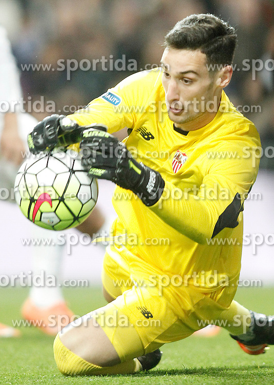 20.03.2016, Estadio Santiago Bernabeu, Madrid, ESP, Primera Division, Real Madrid vs Sevilla FC, 30. Runde, im Bild Sevilla's Sergio Rico // during the Spanish Primera Division 30th round match between Real Madrid and Sevilla FC at the Estadio Santiago Bernabeu in Madrid, Spain on 2016/03/20. EXPA Pictures &copy; 2016, PhotoCredit: EXPA/ Alterphotos/ Acero<br /> <br /> *****ATTENTION - OUT of ESP, SUI*****