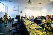 Koning Willem-Alexander tijdens een werkbezoek aan de Bernhardkazerne in Amersfoort , het Territoriaal Operatiecentrum (TOC) van de Koninklijke Landmacht. Het TOC coördineert nationale militaire (crisis)operaties op Nederlands grondgebied en civiel-militaire samenwerking. Vanwege het coronavirus COVID-19 verleent het TOC momenteel militaire bijstand en steunverlening aan diverse civiele projecten <br /> <br /> King Willem-Alexander during a working visit to the Bernhard barracks in Amersfoort, the Territorial Operation Center (TOC) of the Royal Netherlands Army. The TOC coordinates national military (crisis) operations on Dutch territory and civil-military cooperation. Due to the coronavirus COVID-19, the TOC is currently providing military assistance and support to various civilian projects