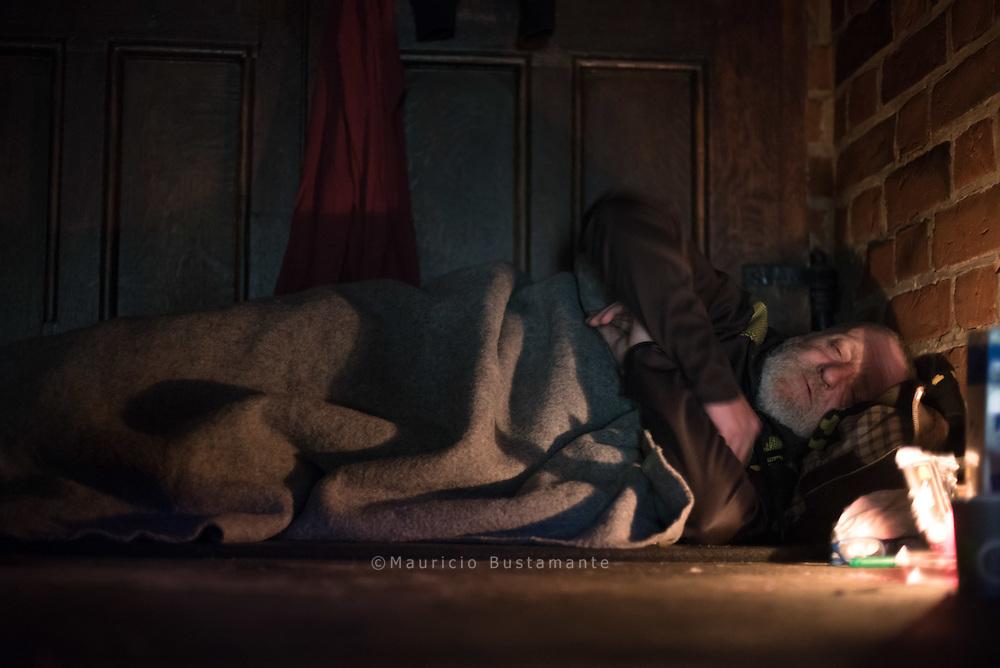 Keine Wohnung, kein Zimmer, noch nicht mal mehr Betten sind frei. Sogar in der<br /> Notunterkunft Pik As werden jeden Abend im Schnitt zehn Obdachlose abgewiesen.<br /> Deswegen schlafen überall in der Stadt Menschen auf der Straße.