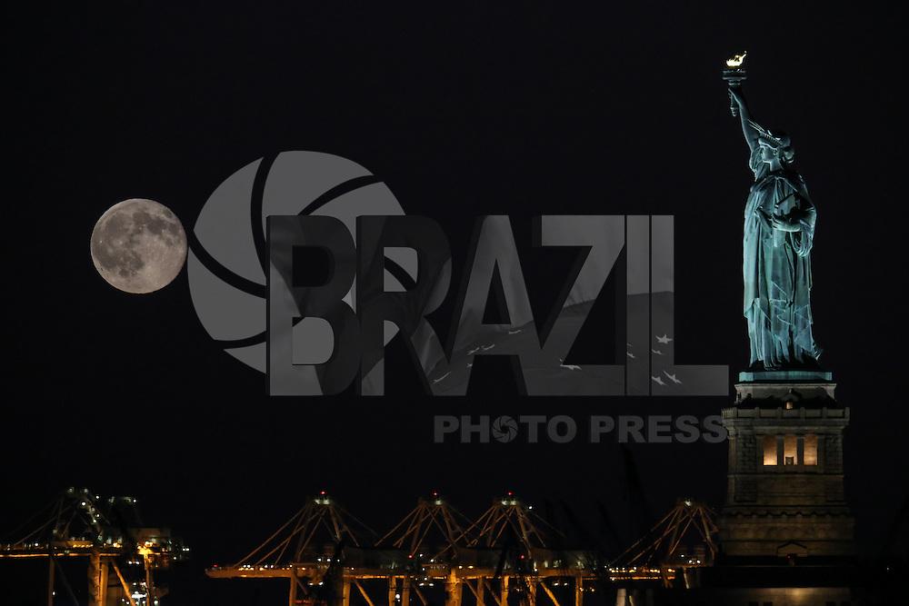 """NEW YORK, NY, ESTADOS UNIDOS, 31.07.2015 - LUA-NEW YORK - Lua cheia vista a partir da ilha de Manhattan, em New York, nos Estados Unidos, na noite desta sexta-feira, 31. Esta é a segunda lua cheia no mês, fenômeno chamado de """"Lua Azul"""". (Foto: William Volcov/Brazil Photo Press)"""