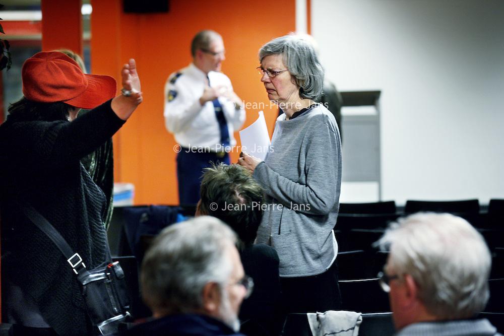 Nederland, Amsterdam , 11 april 2013.<br /> tweede bewonersavond van het Huygens College omtrent scholieren overlast in de buurt..<br /> Na afloop werd er nog tussen bewoners, wijkagent  en mensen van de school van gedachte gewisseld.<br /> Foto:Jean-Pierre Jans