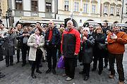 Touristen auf dem Altstädter Ring vor dem Altstädter Rathaus (Staromestska radnice) beim Betrachten der Aposteluhr (Orloj). Diese wurde gegen Ende des 15. Jahrhunderts vom Astronomen Magister Hanusch vollendet. <br /> <br /> Tourists viewing the Prague Astronomical Clock (Orloj) on the southern wall of the Old Town City Hall and the Old Town Square.