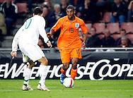 17-10-2007: Voetbal: Nederland-Slovenie: Eindhoven<br /> Ryan Babel zoekt het duel op met Branko Illlic<br /> Foto: Geert van Erven