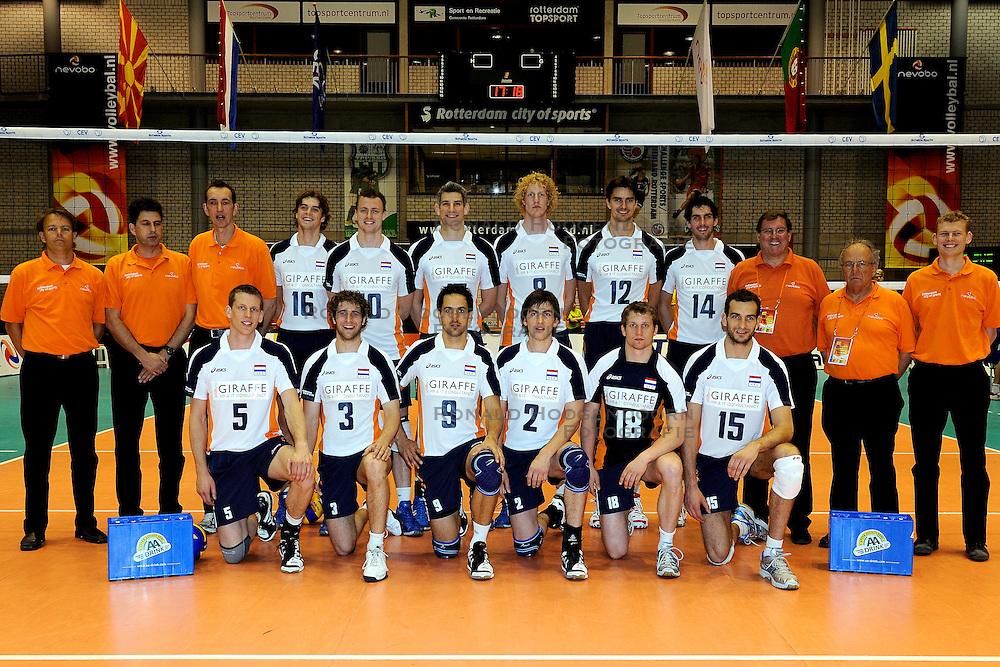 28-05-2010 VOLLEYBAL: EK KWALIFICATIE NEDERLAND - ZWEDEN: ROTTERDAM<br /> Nederland verslaat Zweden vrijeenvoudig met 3-0 / teamfoto Nederlands volleybalteam<br /> &copy;2010-WWW.FOTOHOOGENDOORN.NL