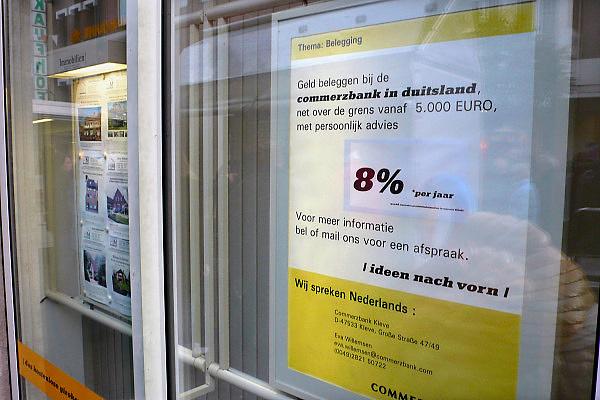 Duitsland, Kleef, 9-11-2008In deze stad vlakbij Nijmegen heeft de duits bank Commerzbank een filiaal en probeert spaarders te lokken met een aantrekkelijke rente. Ook worden woningen te koop aangeboden.Foto: Flip Franssen/Hollandse Hoogte
