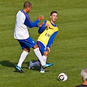 NLD/Katwijk/20100809 - Training van het Nederlands elftal, (VLNR) Ron Vlaar in duel met .......... onder toeziend oog van bondscoach Bert van Marwijk