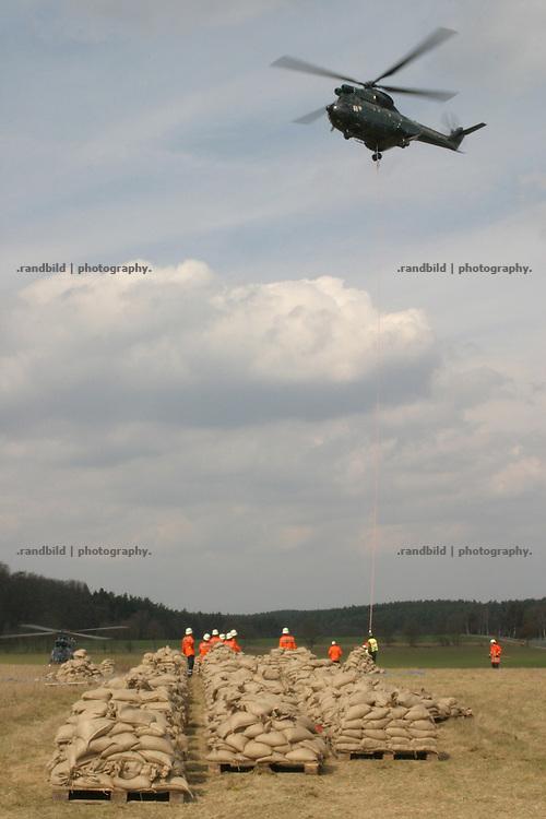 Ein Hubschrauber der Bundespolizei fliegt einen Lagerplatz an, um Sandsäcke für die vom Hochwasser gefährdeten Jeetzeldeiche aufzunehmen...A Helicoper takes off to transport Sand bags to the Elbe floods near Dannenberg.