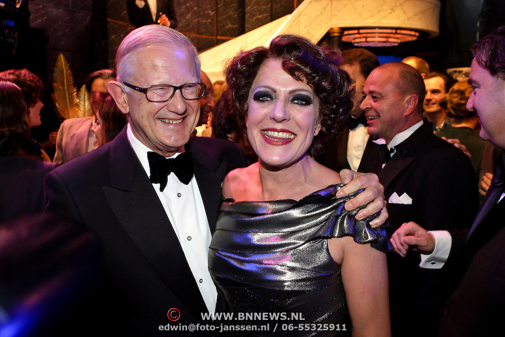 NLD/Amsterdam/200801010 - Premiere Sunset Boulevard, Simone Kleinsma word gefeliciteerd door Mr. Pieter van Vollenhoven