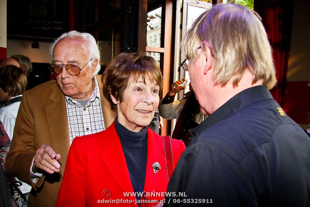 NLD/Amsterdam/20100527 - Uitreiking Zilveren Nipkowschijf 2010, Mies Bouwman in gesprek met Jack Spijkerman