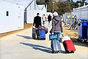 Nederland, Nijmegen, 14-4-2016Kamp Heumensoord. De noodopvang loopt langzaam leeg en moet op 1 juni door het coa overgedragen zijn aan de gemeente. De vluchtelingen vertrekken sinds begin maart naar andere opvanglocaties. Zowel per bus als met zelf geregeld vervoer kan men naar het volgende AZC. Hiermee komt een eind aan de grootschalige opvang die in deze vorm niet snel zal terugkeren. Deze mannen lopen naar de verzamelplaats voor het vertrek . Per persoon mogen twee koffers, reistassen meegenomen worden en ook wat handbagage .Nijmegen, The netherlands,Temporary camp for refugees in Nijmegen is closing down after 8 months . On the 1st of june the site must be handed over to the local aurhorities .FOTO: FLIP FRANSSEN