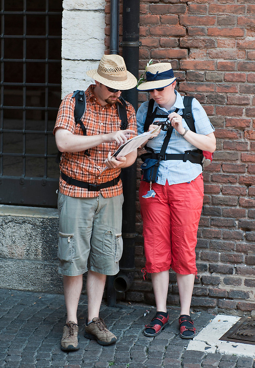 Tourists checking a map in Verona.Verona is a city in Veneton, Northern Italy home to approx. 265,000 inhabitants and one of the seven provincial capitals of the region. Verona has Roman origins and  derived importance from being at the intersection of many roads. It is world famous for the Arena and its Opera....***Agreed Fee's Apply To All Image Use***.Marco Secchi /Xianpix. tel +44 (0) 207 1939846. e-mail ms@msecchi.com .www.marcosecchi.com