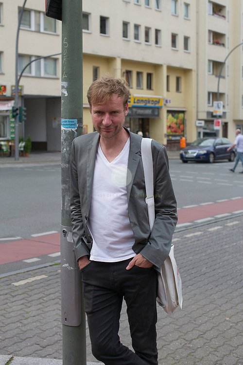 Mit dem SPD-Abgeordneten Tim Renner auf Tuer-zu-Tuer Wahlkampf in seinem Wahlkreis Berlin Charlottenburg-Wilmersdorf. Begleitet von einem Pressetross stellt sich Tim Renner den Buegern seines Wahlkreises vor. Renner ist Musikproduzent, Journalist und Autor; von 2014 bis 2016 war er Berliner Staatssekretaer für Kultur.