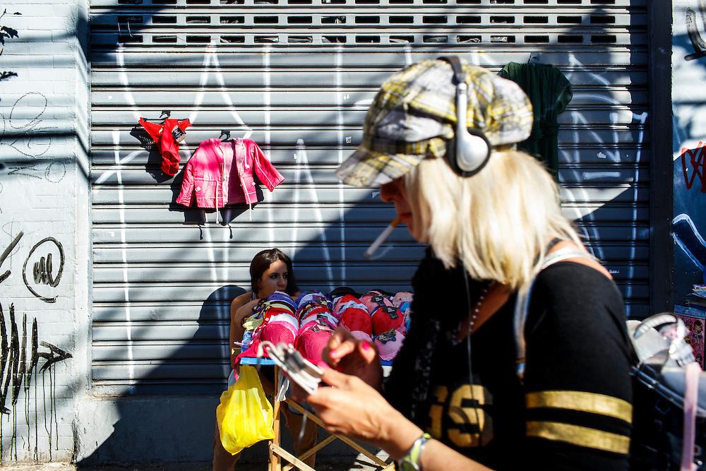 FEIRA DA KANTUTA - Railda Macedo, 17 anos, é estudante e ajuda no comércio ambulante de roupas íntimas mantido pela sua mãe na rua Pedro Vicente. Mãe e filha escolheram esse ponto aos domingos devido ao grande movimento promovido pelos frequentadores da feira boliviana na praça Kantuka, no bairro Canindé, em São Paulo. 26/06/2016