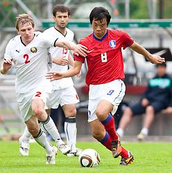 30.05.2010, Kufstein Arena, Kufstein, AUT, FIFA Worldcup Vorbereitung, Testspiel Sued Korea (KOR) vs Weissrussland (BLR), im Bild Yan Tigorev (BLR, #2) vs Yeom Ki-hun (KOR #8). EXPA Pictures © 2010, PhotoCredit: EXPA/ J. Groder / SPORTIDA PHOTO AGENCY