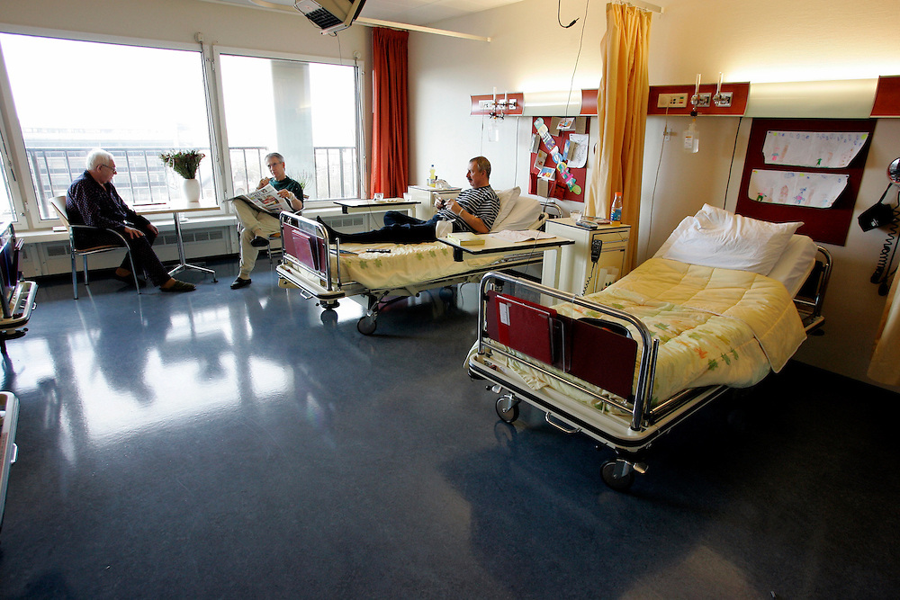 The Hague. Hospital. MCH. Medisch Centrum Haaglanden. People in their hospital room. Photo: Gerrit de Heus