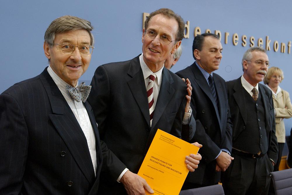 13 NOV 2002, BERLIN/GERMANY:<br /> Prof. Dr. Horst Siebert, Mitgl. d. Sachverstaendigenrates, Prof. Dr. Bert Ruerup, Mitgl. d. Sachverstaendigenrates, Prof. Dr. Axel Weber, Mitgl. d. Sachverstaendigenrates, Prof. Dr. Wolfgang Wiegard, Vorsitzender d. Sachverstaendigenrates, (v.L.n.R.), mit dem Gutachten, vor Beginn der Pressekonferenz zur Uebergabe des Jahresgutachtens 2002/2003 &quot;Zwanzig Punkte fuer Beschaeftigung und Wachstum&quot; durch die Sachverstaendigenrates zur Begutachtung der gesamtwirtschaftlichen Entwicklung, Bundespressekonferenz<br /> IMAGE: 20021113-03-003<br /> KEYWORDS: Sachverst&auml;ndigenrat, Bert R&uuml;rup, &Uuml;bergabe, Wirtschaftswissenschaftler