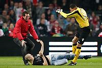 AMSTERDAM - Ajax - AZ, 21-12-2011 ,  KNVB bekervoetbal , seizoen 2011-2012 , voetbal , Amsterdam Arena, AZ keeper Esteban Alvarado Brown (r) schopt een supporter die hem aanviel.