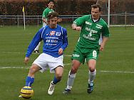 Henrik Pedersen (Elite 3000) presser en Lyngby-spiller.