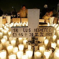 San Mateo Atenco, Mex.- Familiares velan en las tumbas de sus difuntos del panteón de la comunidad de San Mateo Atenco, siguiendo la tradicion mexicana del dia de muertos y como parte de la costumbre mistico religiosa que señala la madrugada en que las almas regresan. Agencia MVT / Mario Vazquez de la Torre. (DIGITAL)<br /> <br /> <br /> <br /> <br /> <br /> <br /> <br /> <br /> <br /> <br /> <br /> <br /> <br /> <br /> <br /> NO ARCHIVAR - NO ARCHIVE