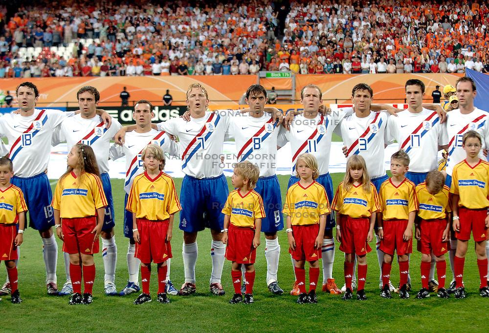 25-06-2006 VOETBAL: FIFA WORLD CUP: NEDERLAND - PORTUGAL: NURNBERG<br /> Oranje verliest in een beladen duel met 1-0 van Portugal en is uitgeschakeld / v Bommel, Mathijsen, Sneijder, Kuyt, Cocu, Robben, Boulahrouz, van Persie en Ooijer<br /> ©2006-WWW.FOTOHOOGENDOORN.NL