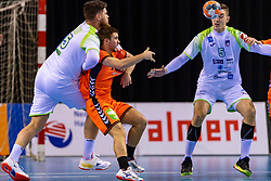 11-04-2019 NED: Netherlands - Slovenia, Almere<br /> Third match 2020 men European Championship Qualifiers in Topsportcentrum in Almere. Slovenia win 26-27 / Ivo Steins #17 of Netherlands, Nik Henigman #5 of Slovenia