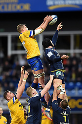 Tom Ellis of Bath Rugby wins the ball at a lineout - Mandatory byline: Patrick Khachfe/JMP - 07966 386802 - 15/12/2019 - RUGBY UNION - Stade Marcel-Michelin - Clermont-Ferrand, France - Clermont Auvergne v Bath Rugby - Heineken Champions Cup