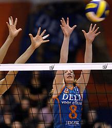 14-12-2006 VOLLEYBAL: DELA MARTINUS - VINO MONTESCHIAVO JESI: AMSTELVEEN<br /> Martinus verloor in vier sets, maar is nog steeds kansrijk om de eerste ronde van deze Europese topcompetitie te overleven (22-25, 17-25, 25-22, 22-25) / Alice Blom<br /> ©2006: FOTOGRAFIE RONALD HOOGENDOORN