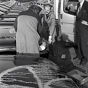 Door actiegroep met verf bespoten auto worden gereinigd bij Auto hessing Bilthoven