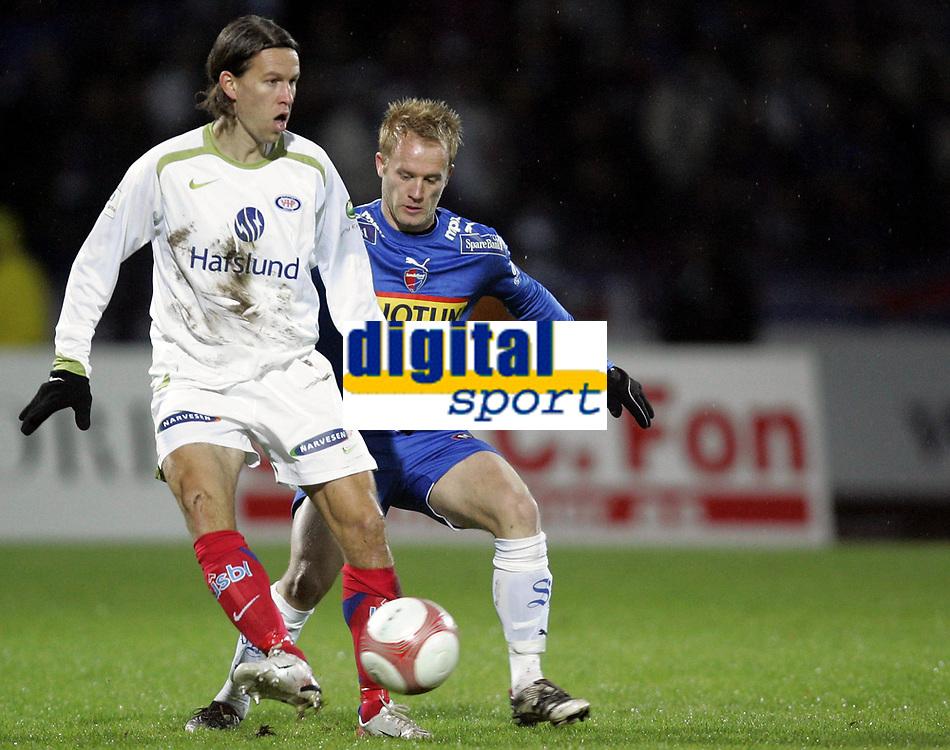 Fotball<br /> Tippeligaen 2006<br /> 29.10.2006<br /> Sandefjord v V&aring;lerenga / VIF Fotball 0-2<br /> Foto: Morten Olsen, Digitalsport<br /> <br /> Morten Berre - VIF<br /> Tommy Knarvik - Sandefjord