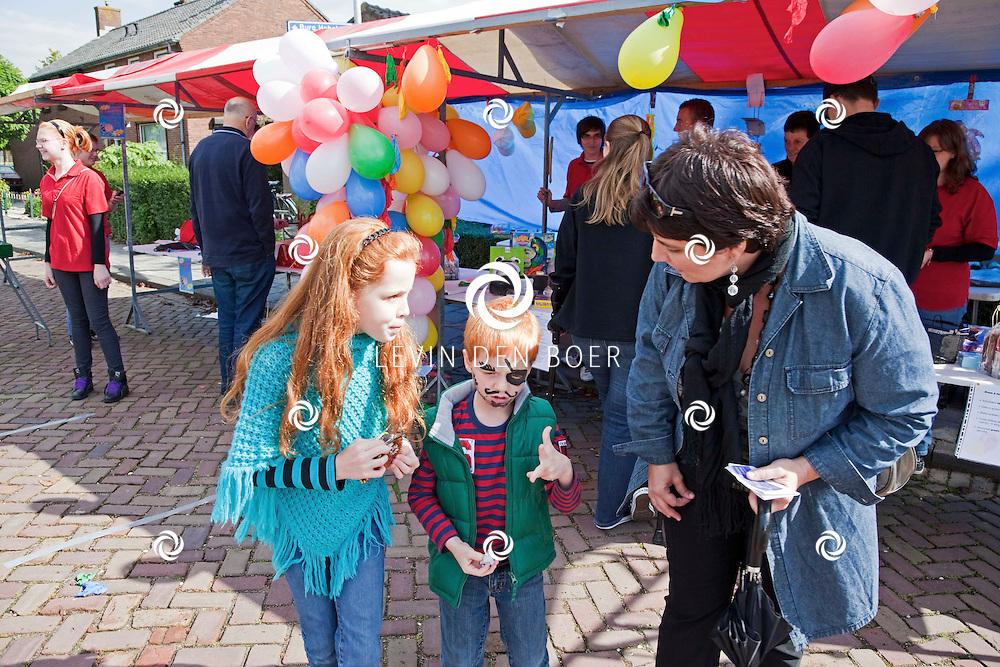 ZUILICHEM - De jaarlijkse braderie werd weer goed bezocht in Zuilichem. FOTO LYA CATTEL - PERSFOTO.NU