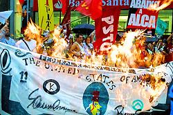 Bancários queimam uma nota gigante de dolar e protestam contra a ALCA com um panelaço em frente a agência central do banco Santander Porto Alegre para marcar o primeiro dia do II Forum Social Mundial. FOTO: Jefferson Bernardes/Preview