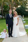 Wendy van Dijk en Erland Galjaard zijn getrouwd op Ibiza in het Agroturismo Atzaró . Agroturismo Atzaró bevindt zich in een sinaasappelboomgaard op het platteland van Ibiza. Dit mooie, landelijke hotel beschikt over een klein buitenzwembad en een kleine spa. <br /> <br /> Op de foto: <br />  Wendy van Dijk en Erland Galjaard met  dochter Lizzy