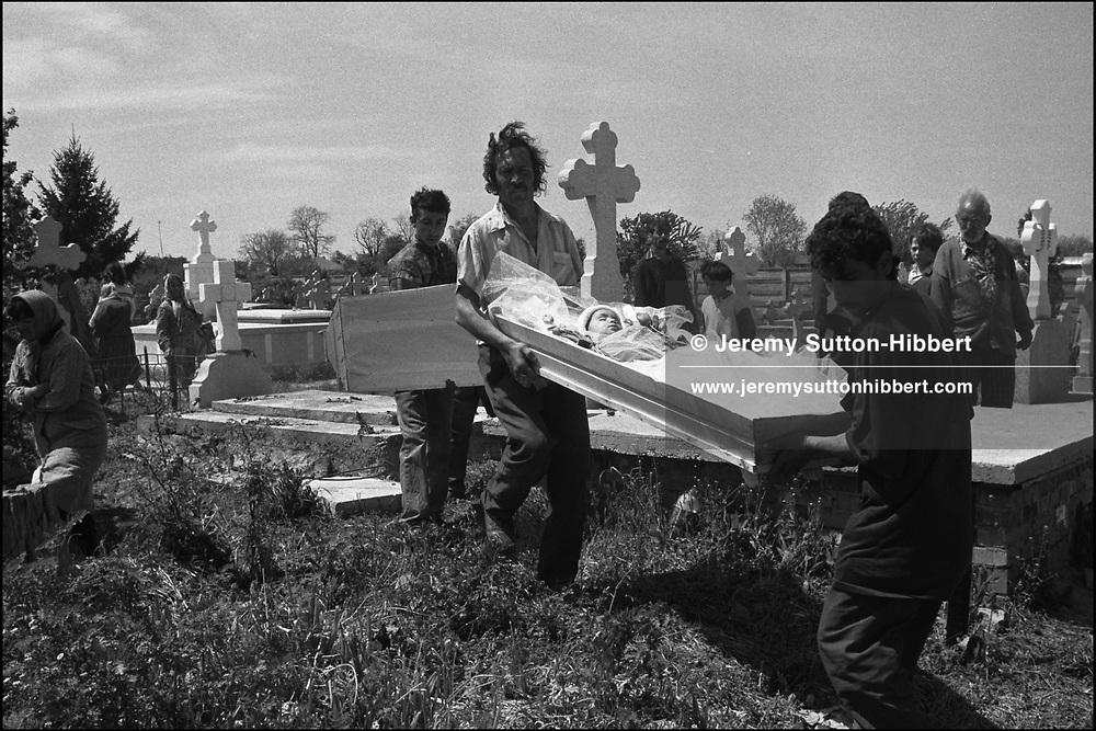 THE FUNERAL OF FOUR YEAR OLD MENINGITIS VICTIM, FLORIN MIHAI. SINTESTI, ROMANIA, MAY 1997..©JEREMY SUTTON-HIBBERT 2000..TEL./FAX. +44-141-649-2912..TEL. +44-7831-138817.