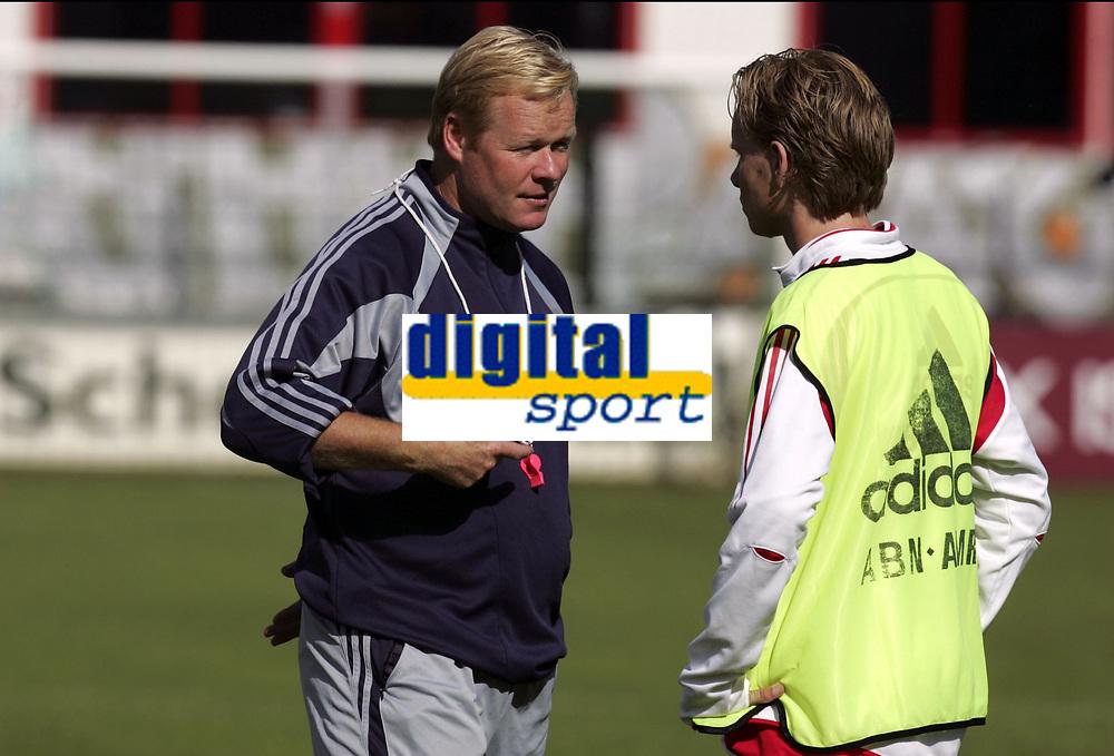 Fotball<br /> Trening Ajax<br /> Amsterdam<br /> 9. september 2004<br /> Foto: Digitalsport<br /> NORWAY ONLY<br /> TOM DE MUL AND HIS COACH RONALD KOEMAN