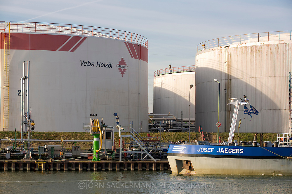 DEU, Germany, North Rhine-Westphalia, Ruhr area, Gelsenkirchen, tank farm of the Ruhr Oil refinery at the Rhein-Herne canal.....DEU, Deutschland, Nordrhein-Westfalen, Ruhrgebiet, Gelsenkirchen, Tanklager der Ruhr Oel Raffinerie am Rhein-Herne-Kanal...[For each usage of my images the General Terms and Conditions are mandatory.]