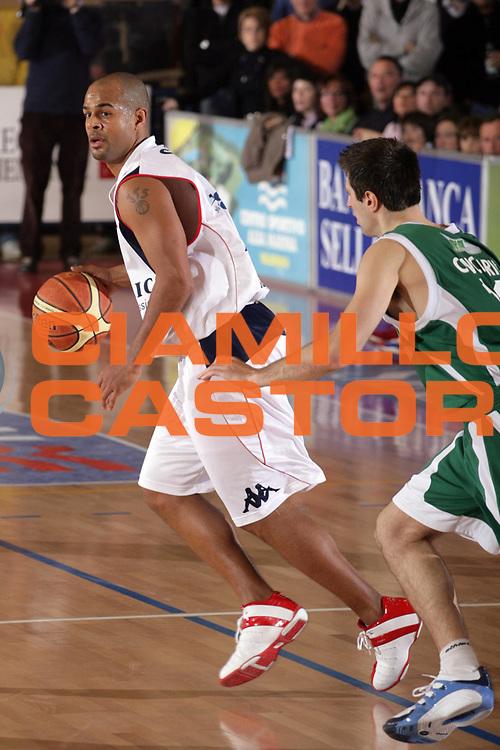 DESCRIZIONE : Biella Lega A1 2008-09 Angelico Biella Air Avellino<br /> GIOCATORE : Joe Smith<br /> SQUADRA : Angelico Biella<br /> EVENTO : Campionato Lega A1 2008-2009<br /> GARA : Angelico Biella Air Avellino<br /> DATA : 15/02/2009<br /> CATEGORIA : Palleggio<br /> SPORT : Pallacanestro<br /> AUTORE : Agenzia Ciamillo-Castoria/S.Ceretti
