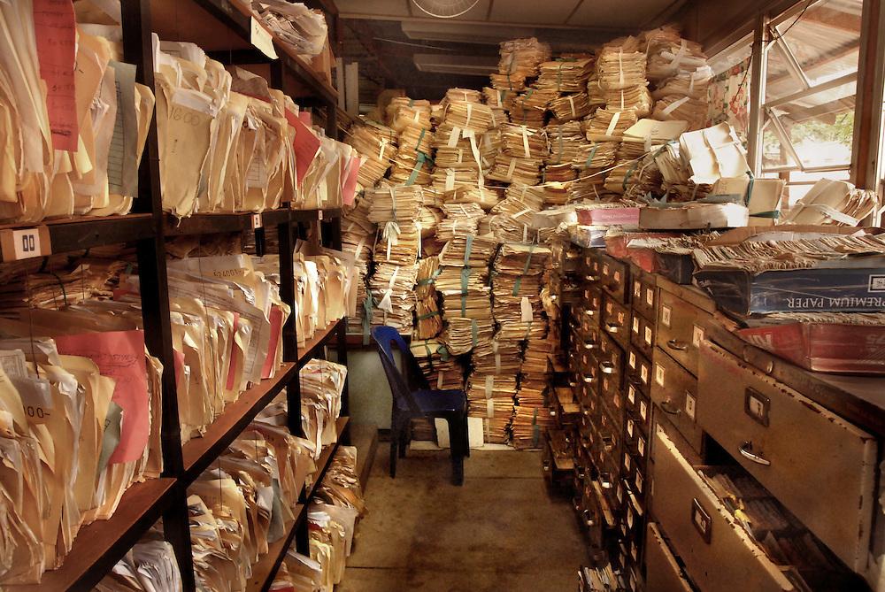 El historial clínico de los pacientes del hospital Santa Teresa se encuentra apilado en una galera de lámina que sirve de archivo y donde, de vez en cuando, las ratas hacen sus nidos. Foto Mauro Arias