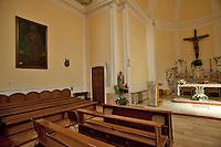 Polignano a Mare (BA), 28 aprile 2013.La chiesa dei SS. Martiri Cosma e Damiano è stata edificata alla fine del XIX secolo dai Rodolovich, sulle spoglie di una precedente chiesetta risalente al XVII secolo..Nel 1938 sono stati effettuati degli interventi volti ad ampliare il corpo della chiesa, lavori svolti nell'arco di un ventennio..La chiesa conserva al suo interno le statue dei santi Medici portate in processione nel borgo all'inizio del mese di agosto..Nelle due navate laterali sono presenti due importanti sculture realizzate da Stefano da Putignano: San Rocco e San Sebastiano. Le due opere, come anche l' Altare barocco in marmo, provengono dal monastero di San Benedetto, fondato dall'abate Pietro prima dell'anno 1000 e abbattuto agli inizi del XX secolo..