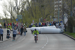 12.04.2015, Wien, AUT, Vienna City Marathon 2015, im Bild muss ein Hindernis von der Strecke entfernt werden, Feature // during Vienna City Marathon 2015, Vienna, Austria on 2015/04/12. EXPA Pictures © 2015, PhotoCredit: EXPA/ Gerald Dvorak