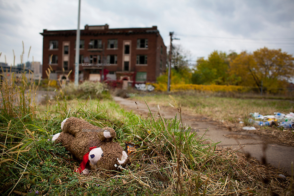Detroit, Michigan, USA. A teddy bear is abbandoned of a side walk in a former residential area of Detroit. All the surrounding  appartment buildings have been abbandoned and vandalized. The state of Michigan once was concidered a promised land, in the era of the american automobile industry adventure. Due to the financial crisis, the state is on the brink of economic and social colapse. Fifty years ago, the city of Detroit was home of two million residents. In 2012 only 700.000 residents remain, and 87 percent of the remaining residents are African Americans. The gap between rich and poor in Detroit are as great as in the Philipines. Photo: Christopher Olssøn.