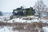 23 FEB 2013, LETZLINGEN/GERMANY:<br /> Kampfpanzer Leopard 2A6 des Panzergrenadierbattailons 212 der Bundeswehr mit Wintertarnung waehrend einer Gefechtsuebung im Winter, Gefechtsuebungszentrum Heer, Truppenuebungsplatz Altmark<br /> IMAGE: 20130223-01-016<br /> KEYWORDS: Gefechtsübung, Schnee, Gefechtsübungszentrum, Heer, Armee, Streikräfte, Militaer, Miltär, Streitkraefte, Panzer, Streitkräfte