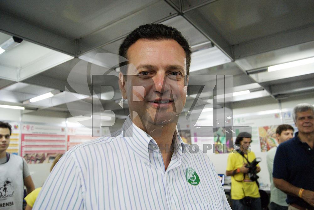 SÃO PAULO, SP, 13 DE FEVEREIRO DE 2010 - KASSAB VISITA SALA DE IMPRENSA -  O prefeito da cidade de São Paulo Gilberto Kassab ao lado do presidente da Spturis Caio de Carvalho, fizeram uma visita a sala de imprensa do Anhembi no segundo dia de desfiles das escolas do Grupo Especial do Carnaval 2010 de São Paulo, no sambódromo do Anhembi, na zona norte da capital paulista, neste sábado.  FOTO: VANESSA CARVALHO / BRAZIL PHOTO PRESS