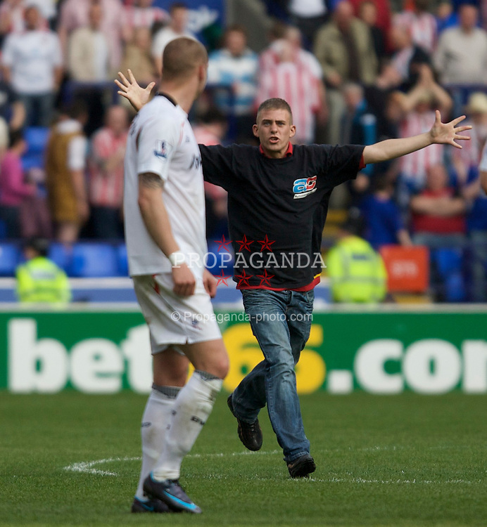 BOLTON, ENGLAND - Saturday, May 3, 2008: Bolton Wanderers' .supporter celebrates with Gretar Steinsson after his side's 2-0 victory over Sunderland, and safety in the Premier League, after the Premiership match at the Reebok Stadium. (Photo by David Rawcliffe/Propaganda)