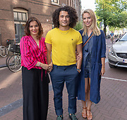 2018, 4 juli. Bumbu Kitchen, Amsterdam. Lancering GTST magazine. Op de foto: Alkan Coklu, zijn moeder en Melissa Drost